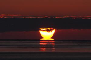 2月 太陽の蜃気楼 別海町 -20℃以下まで強く冷え込んだ早朝に、運が良ければ見られる光景です。 1月、2月、3月上旬のよく晴れて風がない朝に見られるチャンスが!