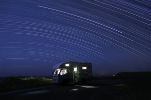 キャンピングカーと星空